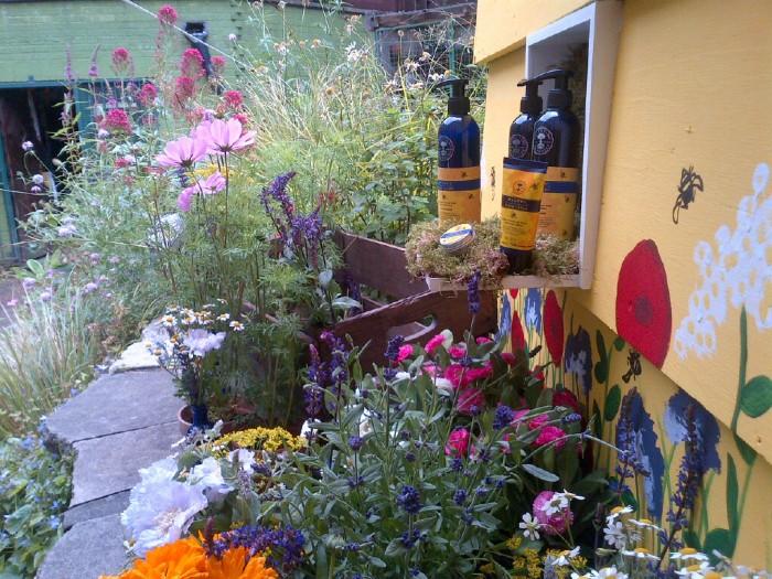 Neal's Yard Remedies Bee Lovely beauty